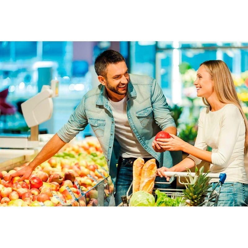 pareja haciendo la compra de ingredientes para cocinar osobucco
