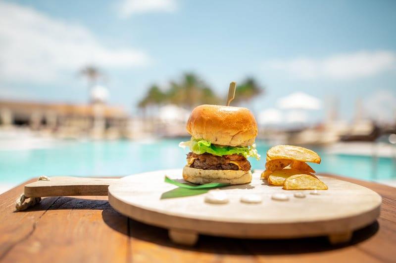 una hamburguesa casera de verano
