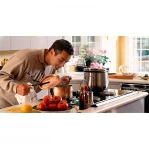 Los hombres disfrutan cocinando para los amigos esta receta de jarrete.