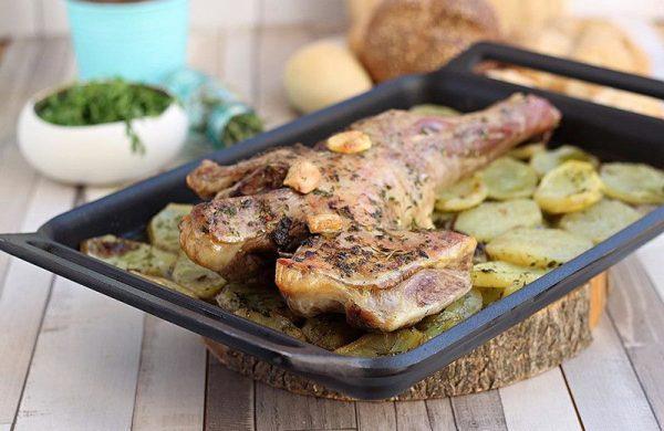 Pata de cordero horneado con patatas.