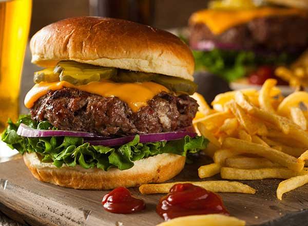 Al preparar una hamburguesa premium, usa pocos ingredientes